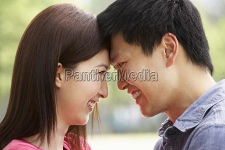 portraet af unge kinesiske par ser