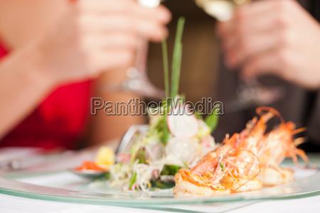 kvinde restaurant mad maltid frokost pa