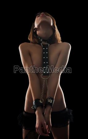 sexet kvinde med baelter og krave
