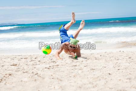 ung sporty mand hoppe pa beachvolley
