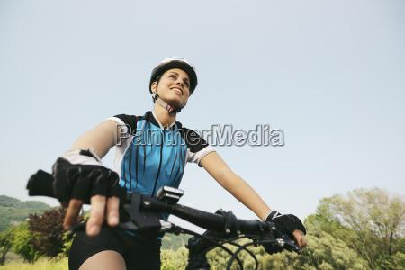 ung kvinde traening pa mountainbike og