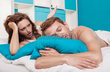 et par liggende i sengen