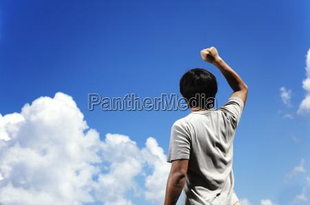 man bide knytnaeve mod himlen