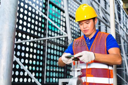hjemme tekniker eller arbejdstager arbejder pa