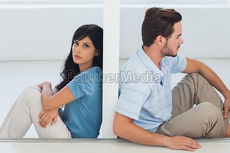 sidder par er adskilt af vaeg