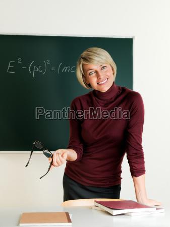 laerer star ved tavlen og underviste