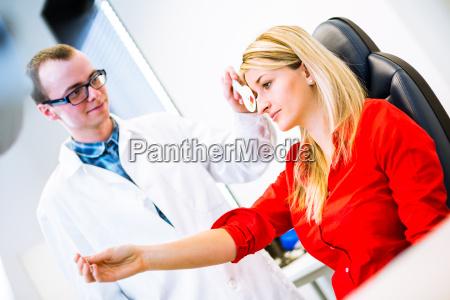optometry koncept smuk ung kvinde