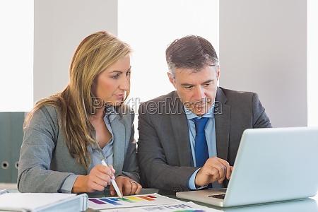 opmærksom, forretningsmand, viser, noget, på, computeren - 10209773