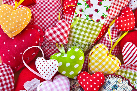 farverige hjerter af farverige tekstiler