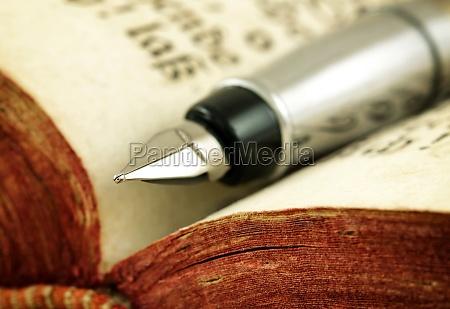 livro antigo e caneta tinteiro foto