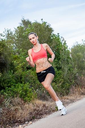 ung attraktiv sporty kvinde jogging mens