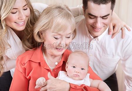 glad familie portraet