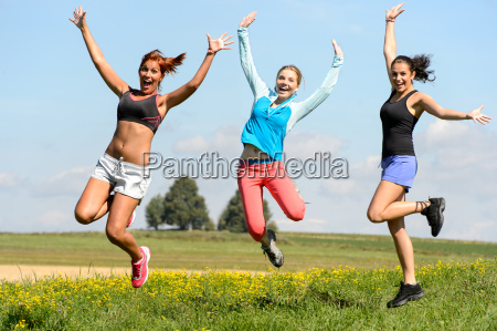 sporty venner hoppe munter pa solrige
