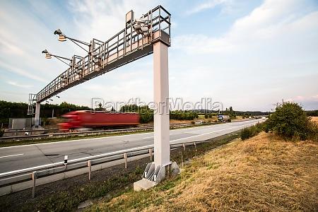 lastbil passerer gennem en vejafgift gate