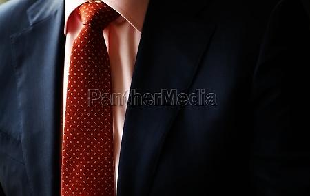 suit og rodt slips