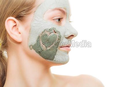 hudpleje kvinde i ler mudder maske