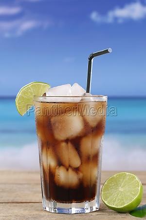 cola drikke med limefrugter pa stranden