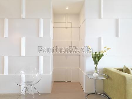 moderne interior med dor kamufleret med
