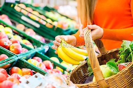 kvinde i supermarked shopping dagligvarer