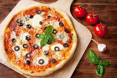 pizza margherita med oliven mozzarella hvidlog