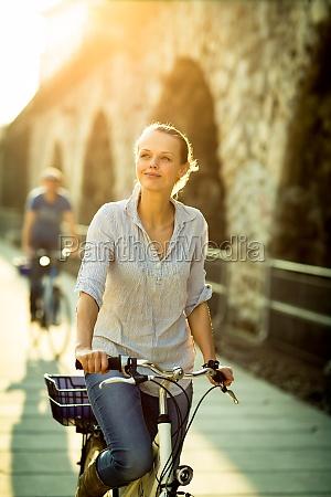 smuk ung kvinde rider pa en