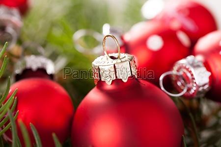 smukke rode julekugler med sma hvide