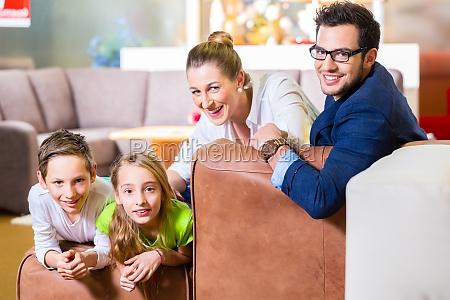 la familia compra el cafe en