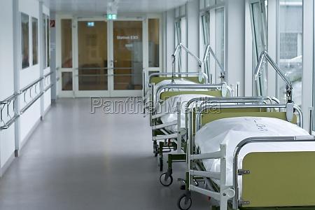 hospital korridor med senge