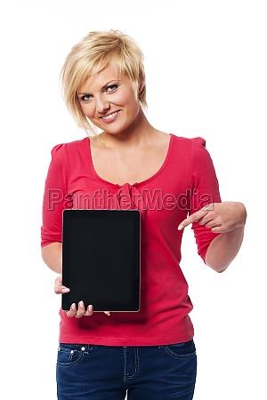 smilende, blond, kvinde, peger, på, skærmen - 12112236