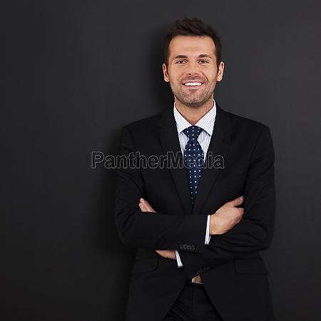 smilende, forretningsmand, med, krydsede, arme - 12115852