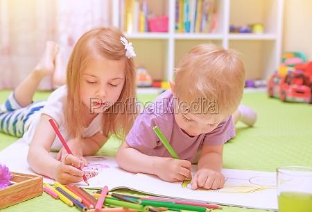 glad dreng og pige nyder lektier
