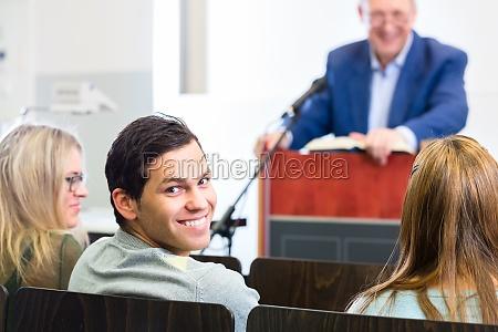 studerende i universitets forelaesnings hallen