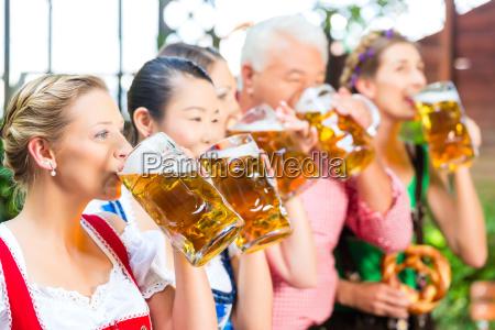i ol haven venner drikker