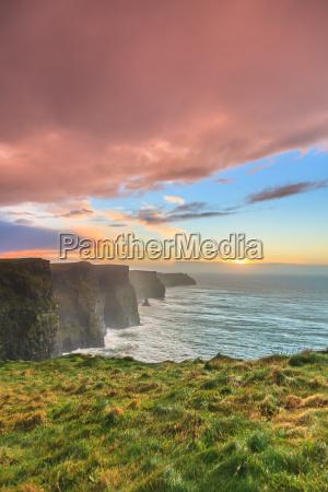 klipper af moher ved solnedgang i