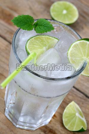 koldt vand drik i glas med
