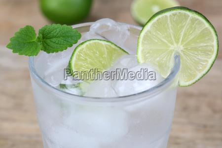 koldt mineralvand drink i glas med