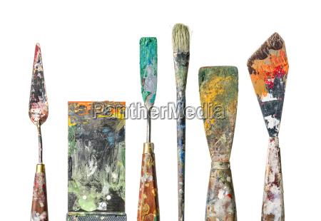forskellige maleri spatel og borster mod