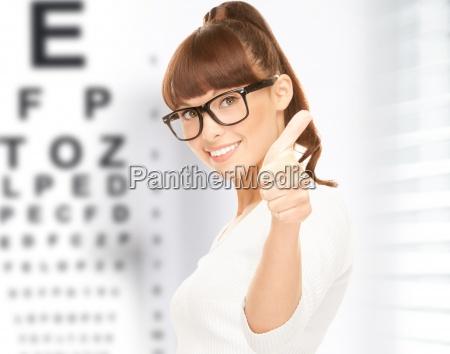 kvinde i briller med synstavle
