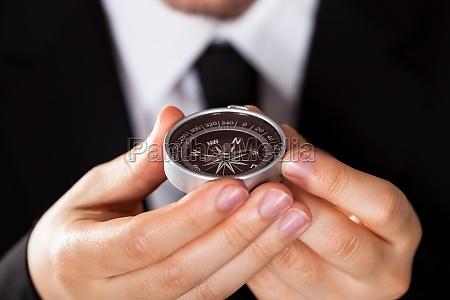 forretningsmand kigger pa et kompas
