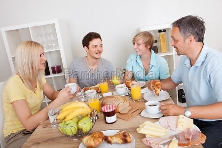 lykkelig familie nyder morgenmad