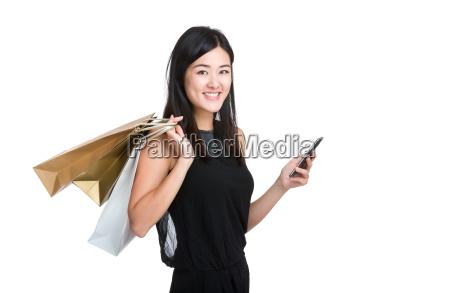 asiatisk ung kvinde holde mobiltelefon med