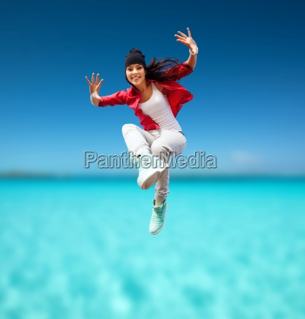 smuk dansende pige hopper