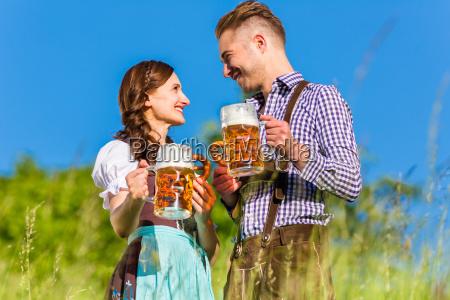 tysk par i kostume med ol