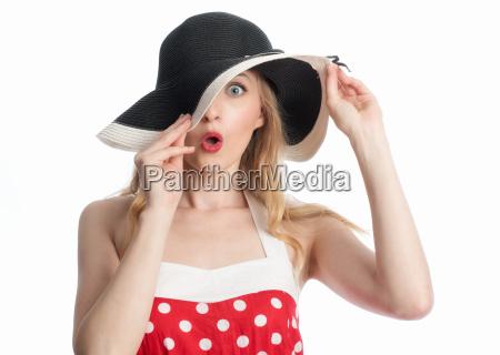 forbavset kvinde med hat