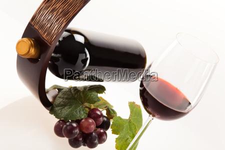 rodvin i glas med frugt blade
