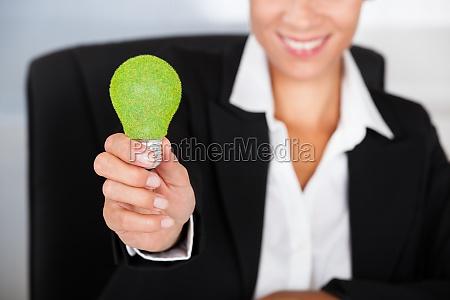 forretningskvinde med gron paere