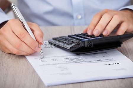 forretningsmand beregning af finansielle omkostninger