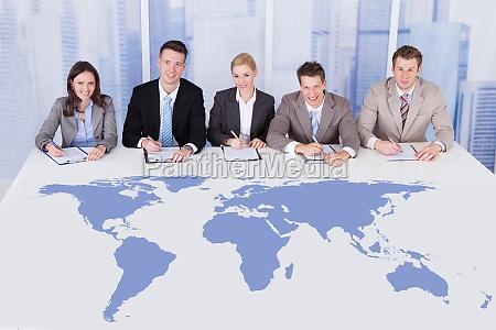 corporate personale officerer sidder ved bordet