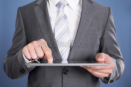 hånd, peger, på, tablet, computerskærm - 12541184