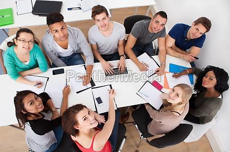 universitetsstuderende doing group study